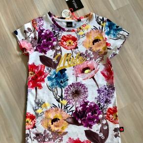 Nypris 300kr. Flot Ny molo t-shirt med blomster