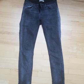Won Hundred 'Elle' cowboybukser i grå. Størrelsen hedder 28-32, hvilket svarer til at en str. S kan passe dem. Jeg (på billedet) har hoftemål på 98 cm og er 168 høj.   Bukserne er brugt, men der er ikke nogle synlige tegn på slitage. Lidt lavtaljede (se billede) men sidder rigtig pænt.