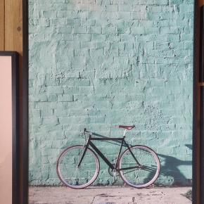 Cykel, inkl. ramme - mål: 50*70  Superfin plakat fra Desenio 🖼🌻  Har kun lige været oppe og hænge, men fortrød valget.   Alle fem plakater med rammer kan købes som samlet sæt for 900kr 🙌🌟