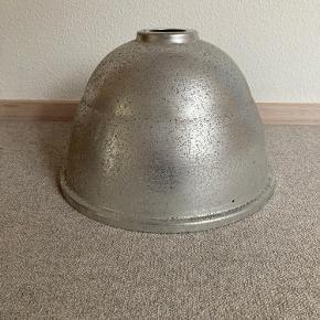 En gammel gadelampe, som kan bruges som lampeskærm. Den bærer præg af at have hængt udenfor og har derfor noget skidt, men dette kan vaskes af. Den har en enkelt bule, som ses på det sidste billede.  Den har en diameter på 49 cm ved det bredeste sted.  Kan afhentes i Esbjerg V.