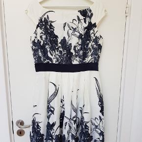 Flot a-formet kjole fra Orsay. Sidder pænt helt yderst på skuldrene og lynes i ryggen. Str. 42 / xl . Kun brugt 1 gang.  92 cm lang.