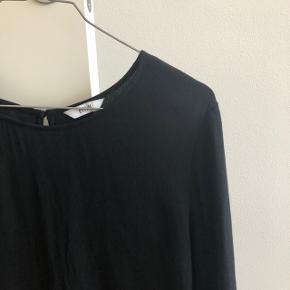 Fin bluse i lækker kvalitet   Mærke: Envii  Model: Justine o-neck  Farve: Sort  Str. L  Stand: aldrig brugt, har bare lagt i skabet   Mener nyprisen var mellem 300-400