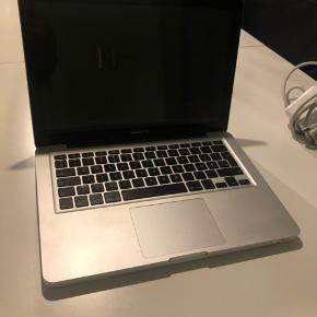 """Sælger denne MacBook Pro 13"""" mid 2012, 500 GB harddisk, 2,5 GHz i5, 4 GB ram i perfekt stand. Den har kun været brugt til studie, og fejler intet.   Den er passet godt på, og har derfor ingen skrammer, ridser eller lignende.   Oplader og computer tasker er naturligvis inkluderet.  Kan afhentes i Randers, Aarhus og Aalborg efter aftale."""