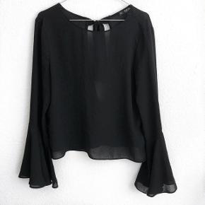 Zara skjorte i sort med så fine detaljer   størrelse: M  pris: 150kr   fragt: 37 kr