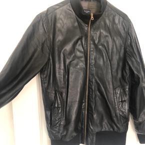 Sælger min læderjakke fra Paul Smith - den er brugt 10-15 gange, herefter har den hængt i skabet.   Der mangler en knap.   Ny pris 12.000