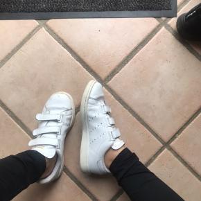 Jeg sælger mine Stan smith sko. De er behagelige at gå i, og er ikke slidte op som sådan,  dog er der nogle brugstegn på, som også er fremhævet på det sidste billede🤗  Skriv gerne for mere info eller for flere billeder.  Sælger kun gennem tradono, og køber betaler fragt😊