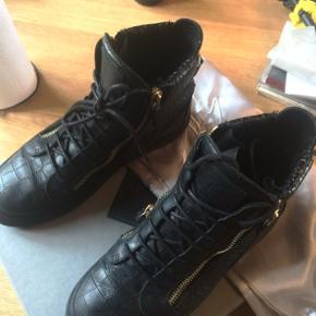 Sælger disse Giuseppe Zanotti sneakers. De er næsten ikke brugte, da de er en smule for store til mig.  Str 44. Nypris: 3700kr Minpris: 1000kr Makspris:1200kr Byd gerne!