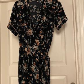 Sælger denne fine slå om kjole fra Vila Kjolen er en størrelse Large men er meget lille i størrelsen og svarer derfor til en Small