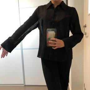 Smuk og gennemsigtig skjorte  Str: kan ikke huske, men passer cirka en small Prisen er ikke fast, så byd endelig :)