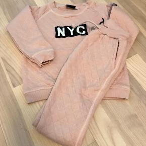 Sæt bestående af bluse og bukser brugt få gange .  Nypris 399 kr sælges for 160 kr  Hentes i Ørestad el sendes på købers regning .