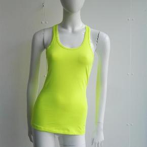 Varetype: Slim fit træningstop, løbetop sportstop top bluse sport Størrelse: s Farve: Neon gul Oprindelig købspris: 400 kr.  Hej og velkommen. Jeg bliver glad, hvis du læser annoncen.  Beskrivelse: Super fed top i neongul, den er slim fit. Den er ganske lidt fnuldret. Bryderryg. Logo nederst i siden  Størrelse: S (small, 36) Mål:  Længde: 66 Bryst: 35,5 x 2 For neden: 43 x 2  Materiale: Vaskeanvisningen er klippet ud.  Mærke: Nike Nypris: Nyprisen er estimeret Vægt: 66 gram  Porto: Sendt med DAO: 37 kr. (2019 pris). Pakken kan veje op til et kg for den pris. Hvis der er andet på min profil du ønsker at købe med, koster det ikke ekstra i porto. Mine annoncer er delt op i kategorier, dvs. alle jeans/jakker etc. er samlet ét sted på profilen, så du let kan scrolle.   Andet: Mine annoncer er til salg indtil de er solgt og jeg lukker dem. Dukken jeg bruger er ca. en xs/s. Prisen er fast.   Jeg glæder mig til at handle med dig!  Venligst   Sophie