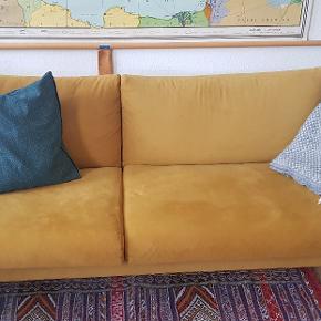 Kragelund furniture gul velour sofa. Er næsten ny, kun været brugt i et par måneder. Sælges udelukkende da jeg flytter fra lejlighed til et værelse og desværre ikke har plads til at have den med. Nyprisen var 5.400 og så kommer der fragt oven i. Prisen er fast. Sofaen kan ses her: https://unoliving.com/kragelund-3-pers-sofa-gul?gclid=EAIaIQobChMIwt7n8tSt4wIVR5SyCh099AUpEAQYASABEgJkCfD_BwE