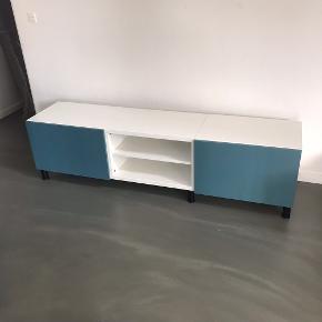 TV bord fra bestå (Ikea). Har 2 meget små skræmmer. De er ikke iøjenfaldende, så man bemærker det stort set ikke. Sælges billigt pga. skræmmerne.