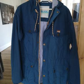 Fed jakke med hætte sælges. Købt engang i Berlin men aldrig brugt særligt meget