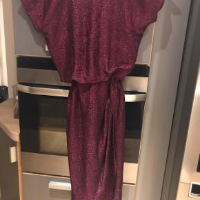 Smuk lame kjole med drapering - glimmer i stoffet  sælges kun fordi den er for lille ved brystet til mig   Midi Farve: Blomme