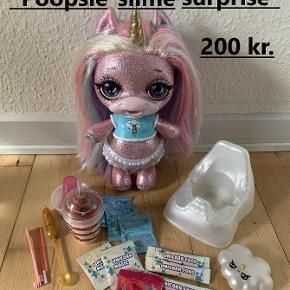 Jeg sælger her den søde Poopsie Slime Surprise Unicorn, som kan lave glimmerpøller :)   Alt tilbehør medfølger - brugsanvisning medfølger som billede.  Nypris: 600 kr. Sælges for 200 kr. Kan sendes mod at køber betaler porto.