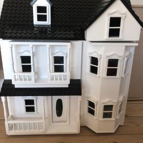 Super fint dukkehus med møbler og en familie