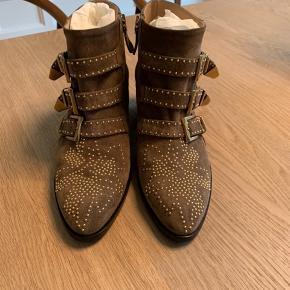 Flotte Chloe Susanna boots, Str. 37,5,kun brugt 2 gange indendøre, så de fremstår som helt nye. Købt i november 2018, alt medfølger kvittering, dustbags og skoæske. Støvlerne er forsålet for at forlænge holdbarheden. Nypris 890 euro.