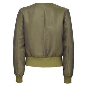 Kort jakke fra Tiger of Sweden i smukkest Metalic grøn farve.