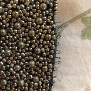 """Perlekrave fra Noa Noa, mangler en række perler, og er lidt slidt i """"lukningen"""" men ellers fejler den ikke noget.  Så fin 🌈  #30dayssellout"""