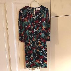 Den fineste sommerkjole fra Ganni med peplum-effekt. Fin til både hverdag og fest. 100 % viskose ❤️💙💚  Tags: Ganni, kjole, trendy,