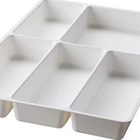 2 x Bestikindsats til skuffe i hvid plast.  Mål: b:31 cm l: 50 cm h: 4,5 cm  Afhentes