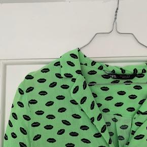 Zara skjorte i str. S. En smule kort og fungerer lidt som crop