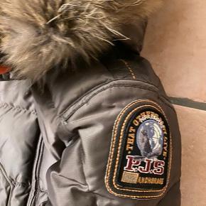Super lækker frakke fra Parajumpers i modellen Long bear,  Str.S youth...i super stand! Mp 2000