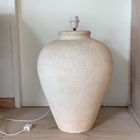 Stor bordlamperne, keramik. H: 54, b, på det bredeste sted: 42 cm. Skal hentes af frygt for den går itu under transport.
