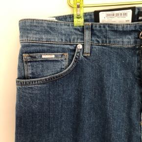 Aldrig brugt, det var et fejlkøb. Str W34 L32. Kom med et bud! Alle tre hugo boss bukser på min profil sælges samlet til 1500kr:))