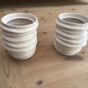 2 flotte Potter 20 cm høje ,de er i flot stand sælges samlet