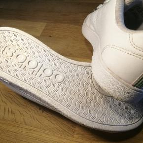 Adidas NEO sneakers. Unisex. Både til drenge og piger. Har fået sat helt nye snørebånd på. Står meget meget flot, nærmest som nye.  Se også alle mine andre annoncer med mærkevarer af høj kvalitet og stand til vanvittigt lave priser.  Teenager. Børn sko børnesko