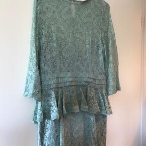 Meget smuk Ganni kjole. Sælger da jeg ikke kan passe den. Har købt den brugt herinde og sælger havde brugt den 1-2 gange. Den er gået op i den ene side, som ses på billede 3, men ikke noget jeg synes har betydning. Det kan dog syes. Ellers fremstår den i rigtig flot stand.  Det er en L, men svarer nok nærmere til en S/M