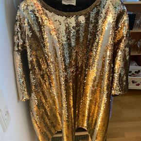 Kort, oversize kjole fra Mads Nørgaard. Brugt en enkelt gang.