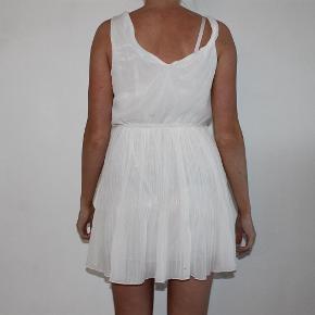 Varetype: kjole hvid plisseret stropper uden ærmer tunika Farve: Hvid  Sælger denne fine hvide kjole, som er som ny :-)  Den sælges for 50 + porto :-)