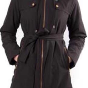Varm frakke. Lynlås og knapper virker 100%.  Brystmål: 2x52cm Hoftevidde: ..Mål ved lommer: 2x54cm.