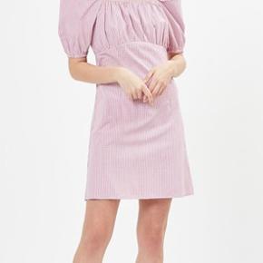 Sælger denne fine kjole, da jeg ikke får den brugt. Str xs - 34. Den har et virkelig flot og feminint snit.