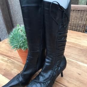 Elegant støvle af mærket BRONX i sort skind. Desværre med en lille bitte farveforskel på venstre tå. Prisen er sat derefter.