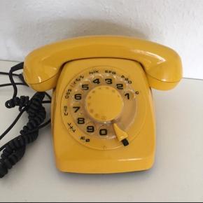 Skøn gammel gul telefon med drejeskive i rigtig fin stand.  Retro   Sender gerne