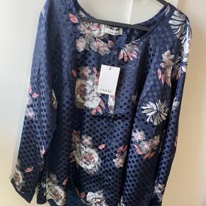 Denne smukke tunika har jeg i flere størrelser , den er dejlig let at have på og passer til hverdag og fest 🌸   Kun 125 kr   s m l xl