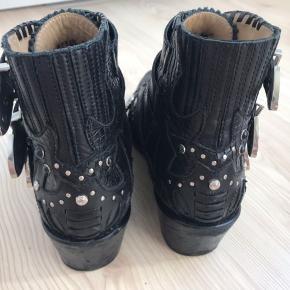 Læder støvle fra Toga Pulla, kun slid på sålen, ellers så god som ny.