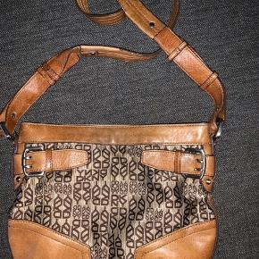 Cross-body DKNY taske ( den er over 12 år gammel) Brugt men stadig pæn. Det brune er læder og det andet er stof.  Oprindelig pris var 1699kr  Nypris                         250kr