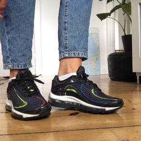 Fede sneaks fra NIKE i modellen air max deluxe. Mørkeblå med forskellige farver. Rigtig fin stand, kun lidt snavs langs sålen (se billede)  #trendsalesfund