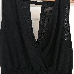 Smuk kjole fra Storm & Marie, str. 40. Lækkert, vaflet stof og et snit, der klæder de fleste. Knap i nakken, se fotos. Fremstår som ny.   Mængderabat efter aftale 🍀