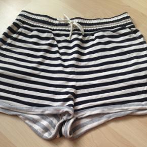 Sort/hvid stribede shorts fra Pieces i str. M.   Kan snørers ind & har lommer.   100% bomuld.   Brugt få gange, ingen tegn på slid.