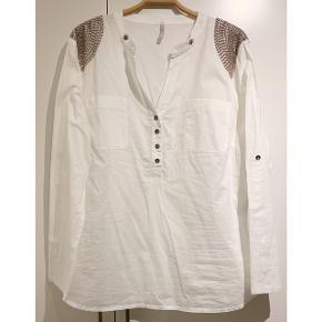 Flot hvid skjorte bluse fra Claire ⚪️   - str. 46 / XXL - næsten som ny - 100% bomuld - fin perle detalje på skuldrene  Se også mine andre fine annoncer. Sælger billigt ud og giver gerne mængderabat 🌟