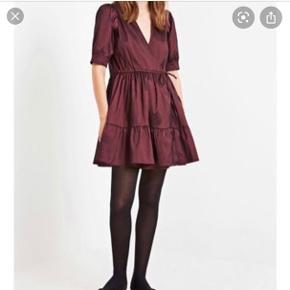 Dévier studios kjole i mørk Bordeaux farve! Kun brugt en enkelt gang  Nypris: 800  Kom med bud