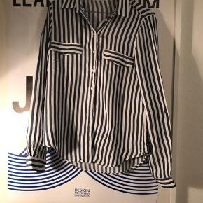 Gratis fragt ved køb over 100 kr i efterårsferien! ✉️💌  Lækker basic skjorte fra Zara. Aldrig brugt!  Se også mine andre annoncer 🧡🍊