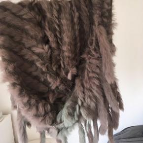 Ægte pels, men grunden til den bliver sælget så billigt er misfarvning på den fra solen. Super lækker ellers