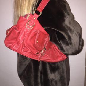 Rød lædertasker med god plads sælges. Er så god som ny. Kom med bud